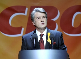 Viktor Juscenko durante la cerimonia di consegna delle onorificenze