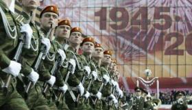 Truppe russe sfilano sulla Piazza Rossa
