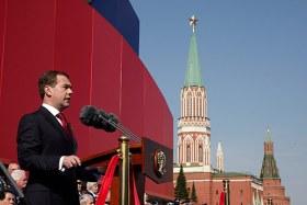 Medvedev saluta le truppe sulla Piazza Rossa