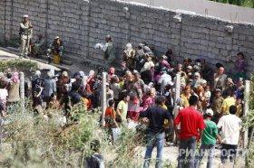 Profughi kirgyzi al confine con l'Uzbekistan