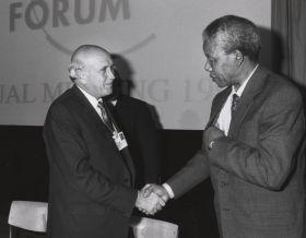 Nelson Mandela con il suo predecessore de Klerk